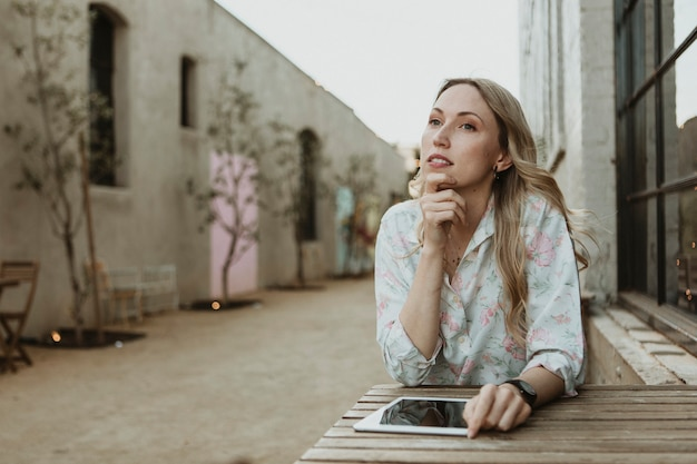 Mulher sentada com um tablet digital