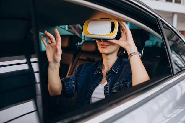 Mulher sentada dentro de um carro usando óculos vr