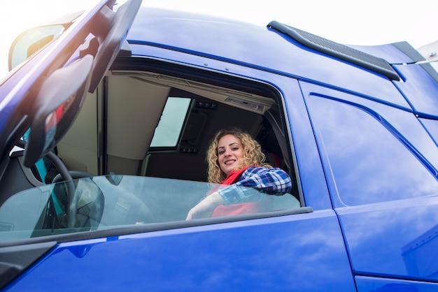 Mulher sentada em um veículo caminhão.