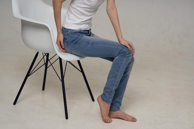 Mulher sentada em uma cadeira lesão na perna problemas de saúde