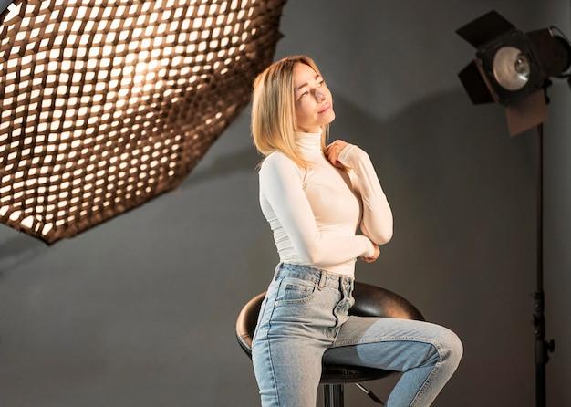 Mulher sentada em uma cadeira no estúdio