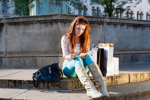 Mulher sentada na frente da fonte