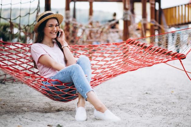 Mulher sentada na praia