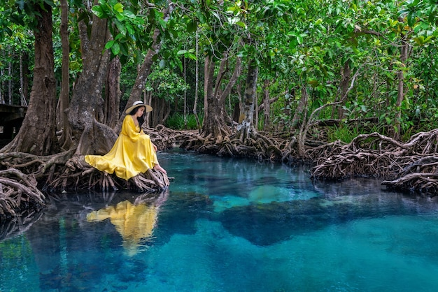 Mulher sentada na tapom em krabi, tailândia.