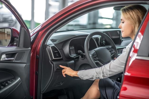 Mulher sentada no banco do motorista no carro