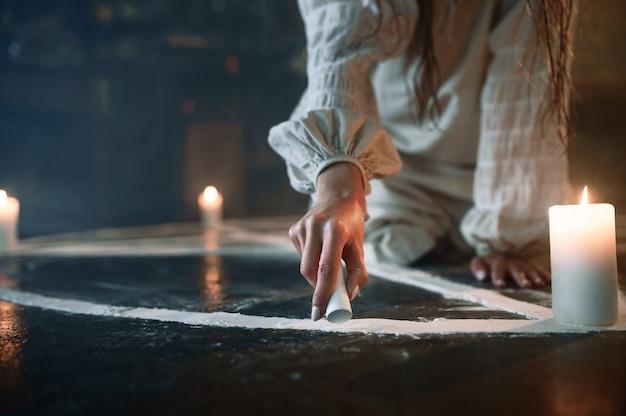 Mulher sentada no círculo mágico, expulsando demônios. exorcismo, ritual paranormal de mistério, religião das trevas, terror noturno, poções na prateleira