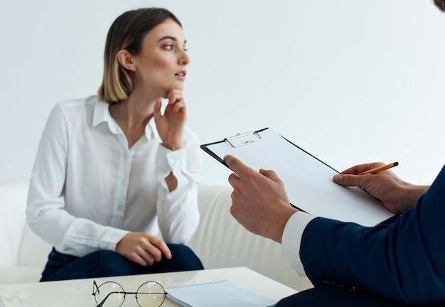 Mulher sentada no sofá com um psicólogo visita ajuda de comunicação