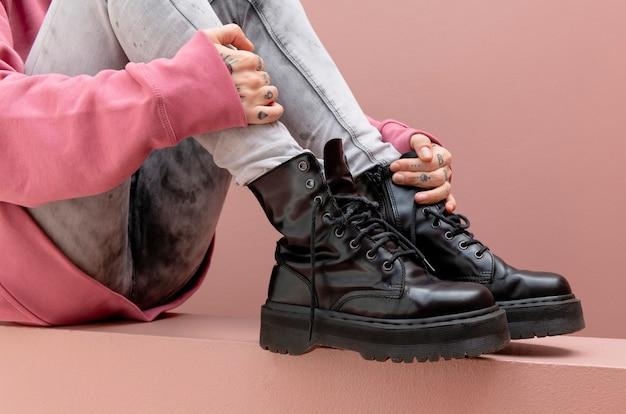 Mulher sentada usando botas de combate