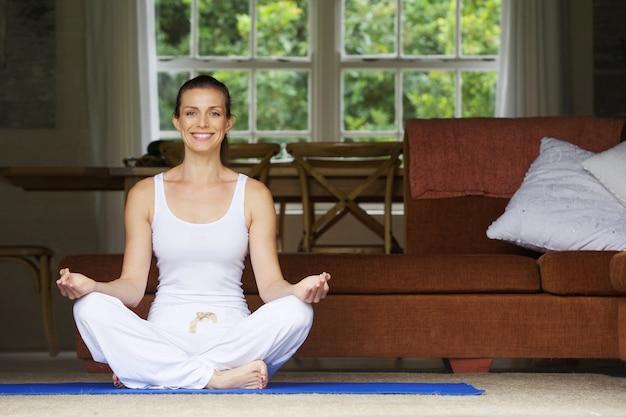 Mulher, sentando, chão, lar, ioga, posição