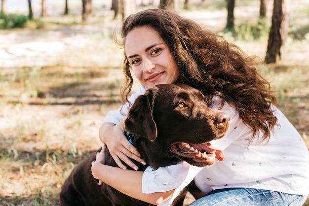 Mulher, sentando, com, dela, cão, em, natureza