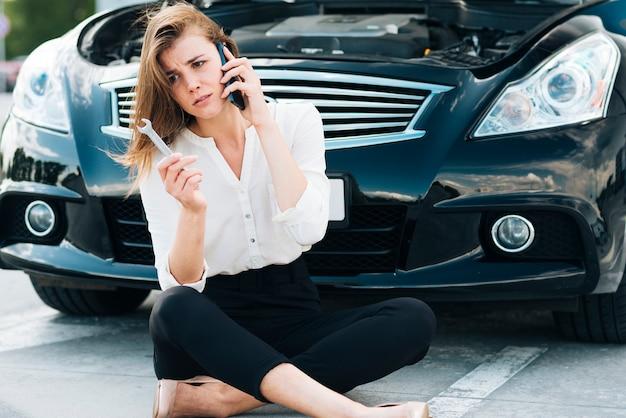 Mulher, sentando, e, falando telefone