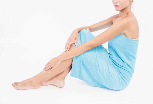 Mulher, sentando, em, azul, toalha