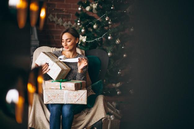 Mulher, sentando, em, cadeira, por, árvore natal