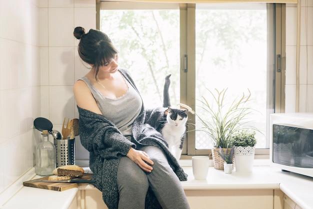 Mulher, sentando, em, cozinha, com, dela, gato