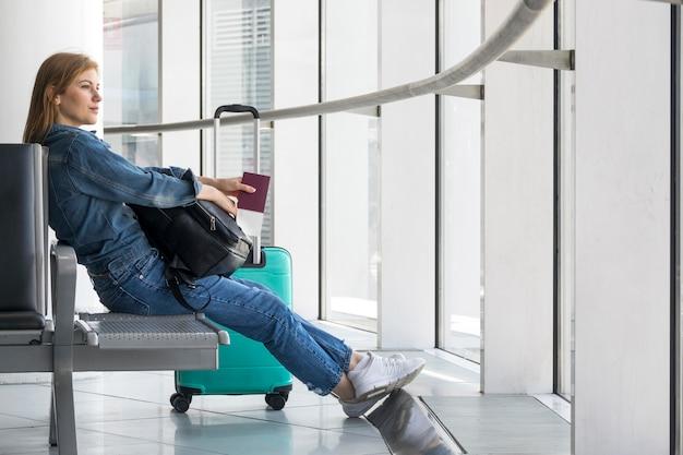 Mulher, sentando, enquanto, esperando, para, avião