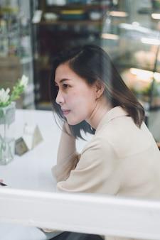 Mulher, sentando, espelho, café, loja