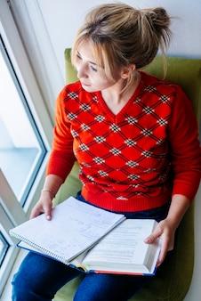 Mulher, sentando, estudo, materiais