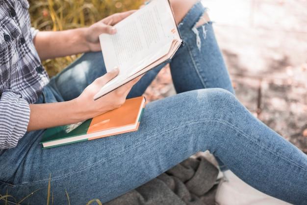 Mulher, sentando, ligado, capim, com, livro, em, mãos
