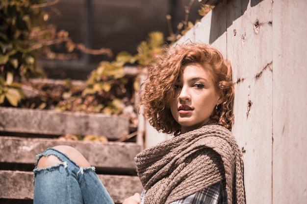 Mulher, sentando, ligado, passos, em, tricotado, echarpe
