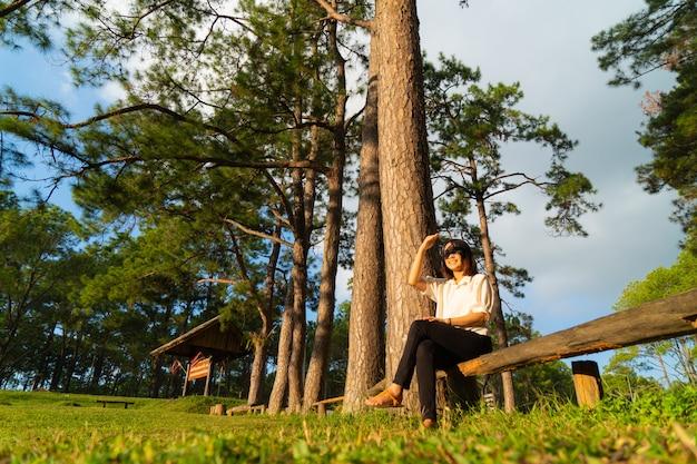Mulher, sentando, ligado, um, madeira