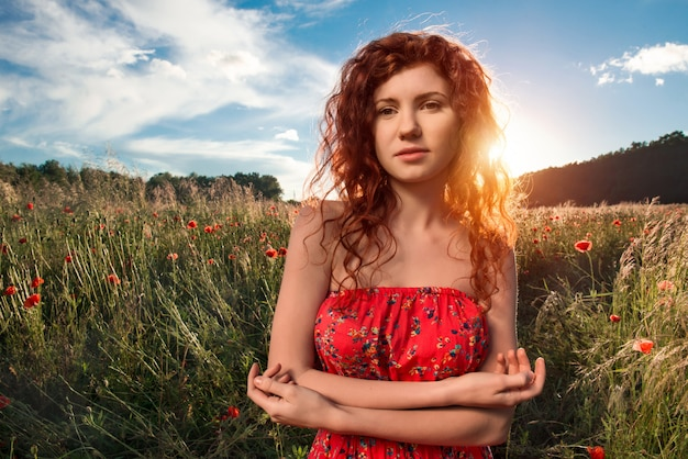 Mulher sente liberdade e aprecia a natureza
