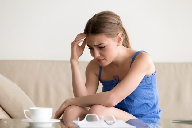Mulher sentindo chateado por causa da carta de dívida de empréstimo