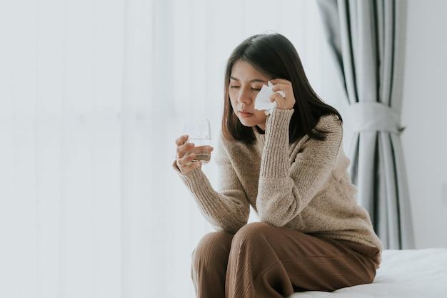 Mulher sentindo dor de cabeça doente de gripe e resfriado