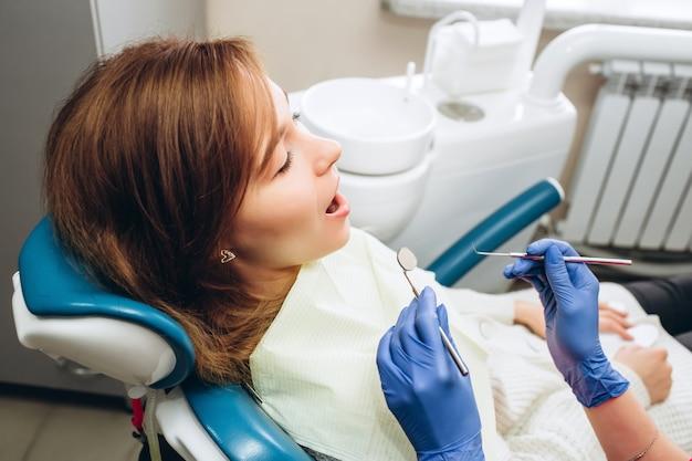 Mulher sentindo dor de dente.