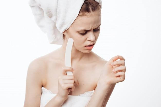 Mulher sereia unhas com uma lixa de unha