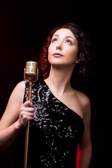 Mulher séria com um microfone Foto gratuita