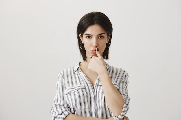 Mulher séria e pensativa fazendo escolha