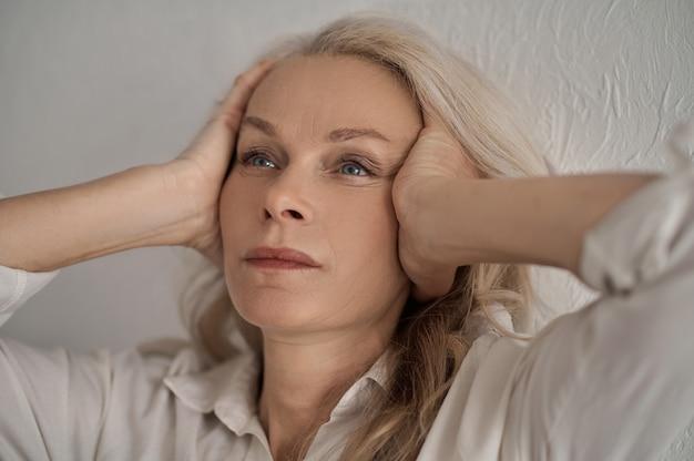 Mulher séria e triste pensando sobre um problema