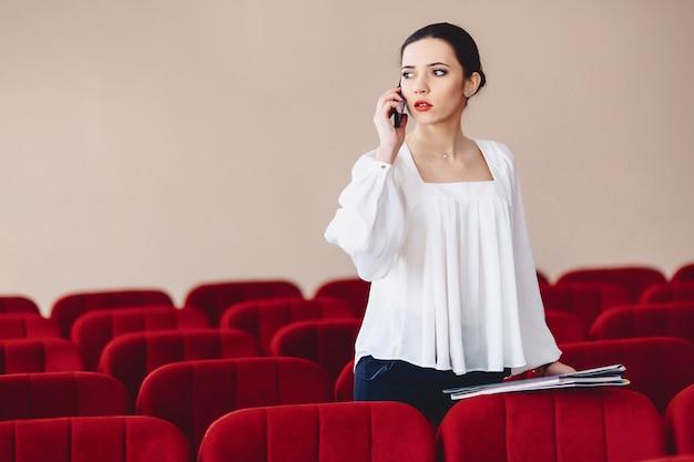 Mulher séria está falando seriamente pelo telefone