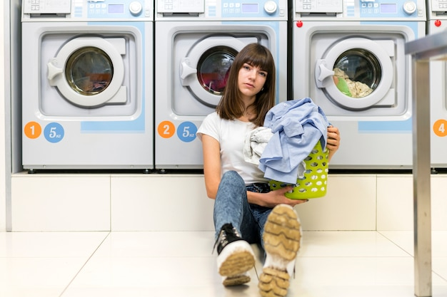 Mulher séria, segurando, cesta lavanderia