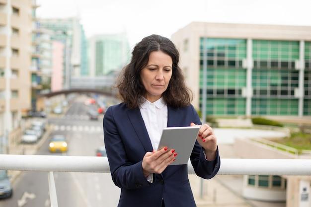 Mulher séria usando o tablet pc