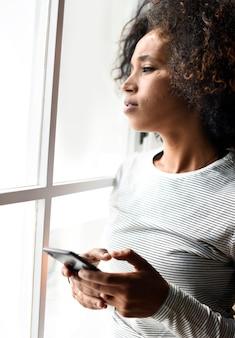 Mulher séria, usando um smartphone