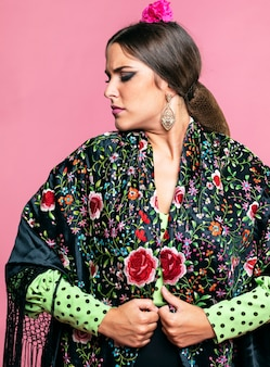 Mulher séria, vestindo xale de manila