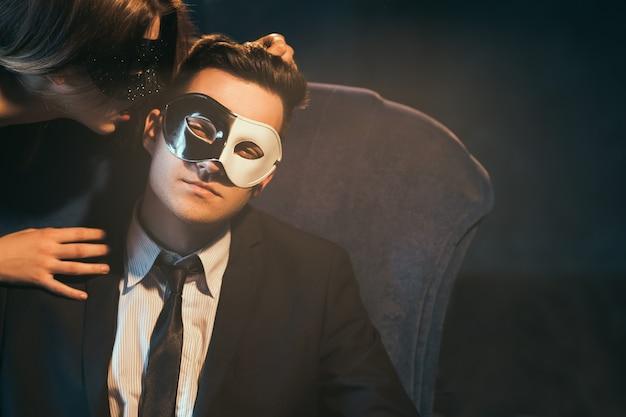 Mulher sexualmente dominando o homem de negócios. jogos sexuais como meio de relaxamento e descontração. conceito de prazer secreto