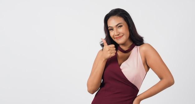 Mulher sexy asiática fazendo como sinal de mão e sorriso no fundo branco.