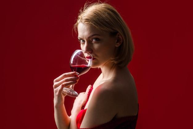 Mulher sexy bebe whisky com álcool forte copo de whisky de whisky
