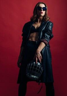 Mulher sexy com capacete de futebol americano. proteção da mulher