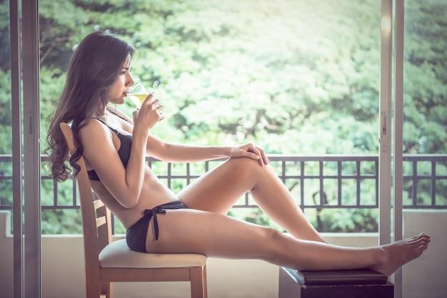 Mulher sexy com copo de cerveja