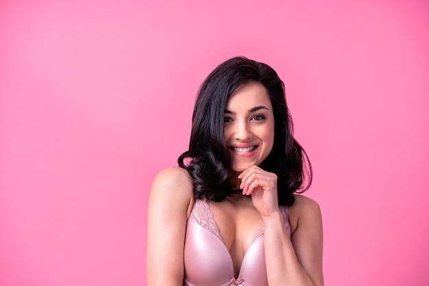 Mulher sexy com corpo sensual fazendo poses eróticas.