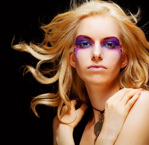 Mulher sexy com maquiagem criativa