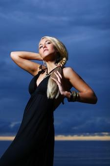 Mulher sexy e luxuosa na sunset