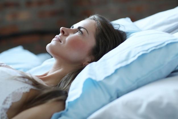 Mulher sexy em lingerie deitada na cama