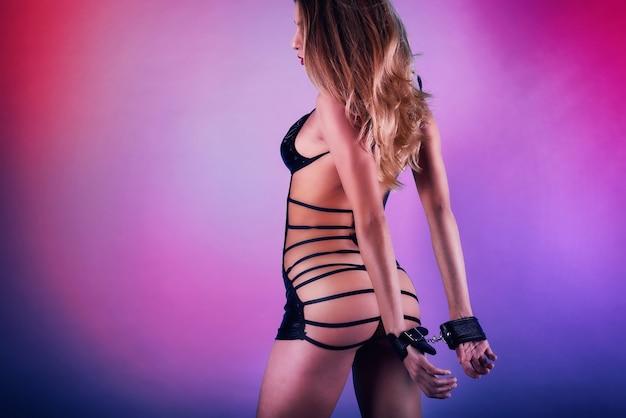 Mulher sexy em lingerie e estilo bdsm