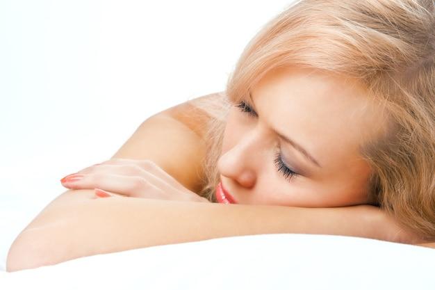 Mulher sexy em lingerie na cama