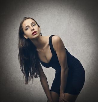 Mulher sexy em um vestido preto