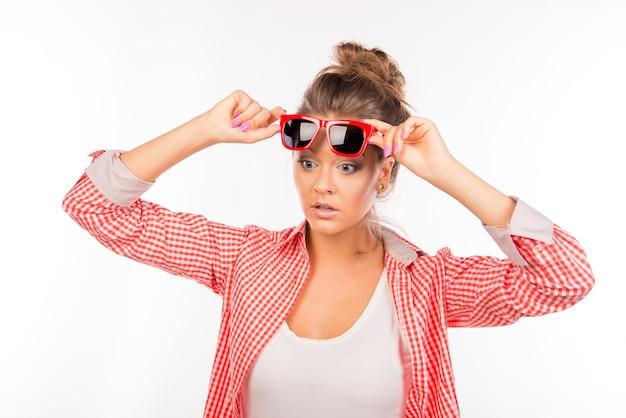 Mulher sexy engraçada surpresa com óculos